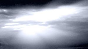 Sonnenstrahl durch dunkle Wolken
