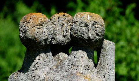 Steinstatue von drei Personen