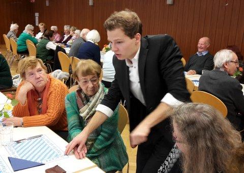 Zauberkünstler Daniel Eichinger bei seinen Tischzauber