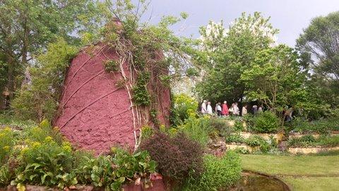Riesige Kräuterspirale im Park Dennenlohe