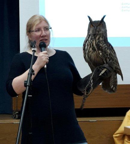 Karoline Gasteiger mit Ihrem Falken zu Besuch beim Seniorennachmittag Elisabethenverein München